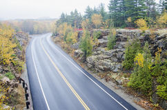 Machen Sie gebogene Straße im Acadia-Nationalpark nass Stockbilder