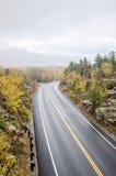 Machen Sie gebogene Straßen im Acadia-Nationalpark nass Lizenzfreies Stockbild