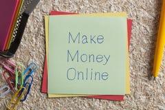 Machen Sie Geld-on-line geschrieben auf eine Anmerkung Stockfoto