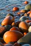 Machen Sie gestolperte Fluss-Steine auf Lake Superior glatt lizenzfreie stockfotografie