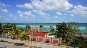 Machen Sie im Paradies an mehrfarbiger Wasser Lagune Bacalar Urlaub Lizenzfreie Stockfotografie