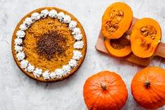 Machen Sie Kürbiskuchen Ganzer Kuchen nahe Kürbisen auf Draufsicht des Steinhintergrundes Lizenzfreies Stockbild