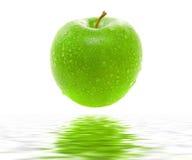 Machen Sie saftigen grünen Apfel naß Lizenzfreie Stockfotografie