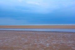 Machen Sie sandigen Strand, blauen Himmel und das Meer, Nordmeer, Holkham-Strand, Vereinigtes Königreich nass Lizenzfreies Stockbild