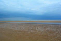 Machen Sie sandigen Strand und tiefen blauen Himmel, Nordmeer, Holkham-Strand, Vereinigtes Königreich nass Lizenzfreies Stockfoto