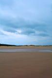 Machen Sie sandigen Strand und Wald im Abstand, Nordmeer, Holkham-Strand, Vereinigtes Königreich nass Lizenzfreies Stockbild