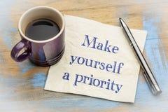 Machen Sie sich einen Prioritätsrat auf Serviette stockfoto