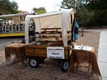 Machen Sie Stall durch die Kathedrale in Santa Fe in der kreativen Stadt von Santa Fe im New Mexiko USA in Handarbeit Stockfotos
