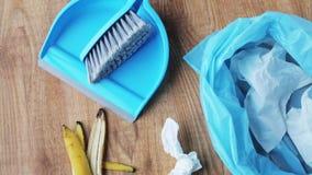 Machen Sie Tasche mit Abfall- und Reinigungseinzelteilen zu Hause herunter stock footage
