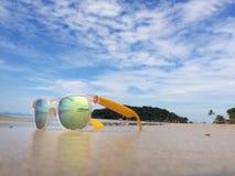 Machen Sie Urlaub und entspannen Sie sich auf Strand im tropischen Land Lizenzfreies Stockfoto