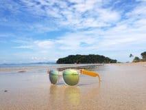 Machen Sie Urlaub und entspannen Sie sich auf Strand im tropischen Land Stockfoto
