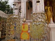 Machen Sie Verdienst bei Phra Pathommachedi ein stupa in Thailand Stockfoto