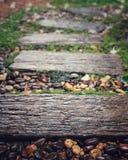 Machen Sie Wegweise im Garten nach Regen nass Stockfotografie