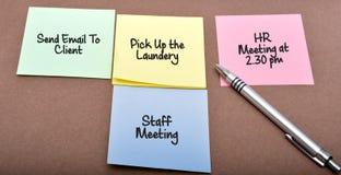 Machen Sie Zeitplan für beschäftigten Tag bei der Arbeit Stockfoto