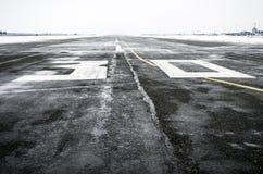 Machen Sie zum Flughafen im wolkigen Wetter im Winter nass Lizenzfreies Stockfoto