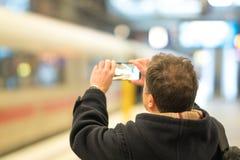 Machen von Fotos an der Bahnstation stockfotos
