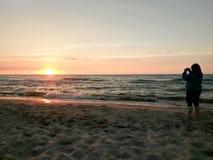 Machen von Fotos des Sonnenuntergangs Stockfotografie