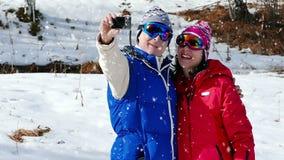 Machen von Fotos Selfies auf Schnee stock footage