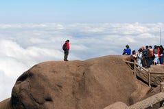 Machen von riskanten Fotos auf gelbem Berg Lizenzfreie Stockfotos
