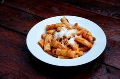 Macheroni, εύγευστα ιταλικά ζυμαρικά με την ντομάτα και παρμεζάνα στοκ εικόνες με δικαίωμα ελεύθερης χρήσης
