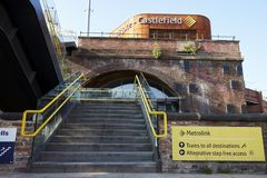Machester, UK - 10 2017 Maj: Castlefield tramwaju stacja Na metro sieci Zdjęcie Stock