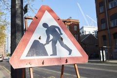 Machester, UK - 10 2017 Maj: Znak Ostrzegawczy Przy Drogowymi pracami Na Machester ulicie Obraz Stock