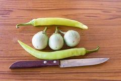 Machete, Aubergine, pfeffern auf dem Tisch Stockfoto