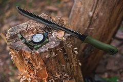Machete mit Kompass im forestSelective Fokus Stockfoto