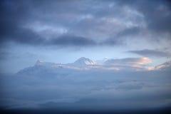 Machhapuchhre和安纳布尔纳峰峰顶瞥见  免版税库存照片