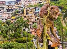 Machin-Affeskulptur mit Carmen-Hügelstadt im Hintergrund, Guayaquil, Ecuador Lizenzfreie Stockbilder