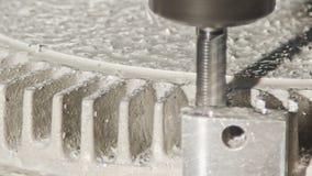 Machinaal bewerkend proces - CNC molen die een geavanceerd metaaldeel vervaardigen stock videobeelden