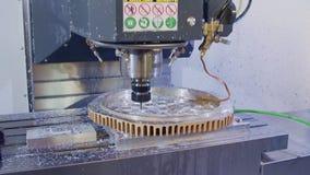 Machinaal bewerkend proces - CNC molen die een geavanceerd metaaldeel vervaardigen stock video