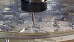 Machinaal bewerkend proces - hoge precisiecnc molen die een geavanceerd metaaldeel vervaardigen stock videobeelden