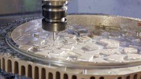 Machinaal bewerkend proces - hoge precisiecnc molen die een geavanceerd metaaldeel vervaardigen stock video