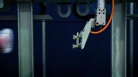 Machinalna ręka robot pracuje na konwejerze produkcja żywności Napady boksują z jedzeniem na konwejeru pasku zbiory wideo