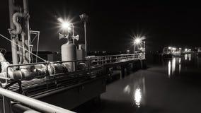 Machinalnego wyposażenia platformy lokalizują w rzece Fotografia Stock