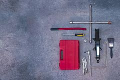 Machinalni narzędzia z betonowym tłem fotografia royalty free