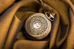 Machinalny kieszeniowy zegarek na tkaninie obraz stock