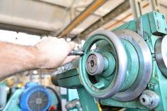 Machinalny obracanie karma pracownik na metalworking maszynie zdjęcia royalty free