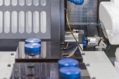 Machinalny ręka robot pracuje z CNC tokarki maszyną fotografia stock