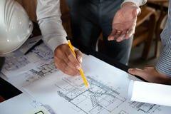 Machinant, consultant, conception, construction, avec des coll?gues, la conception de plan, des d?tails, le dessin industriel et  photographie stock libre de droits