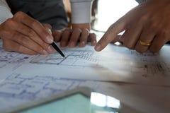 Machinant, consultant, conception, construction, avec des coll?gues, la conception de plan, des d?tails, le dessin industriel et  images libres de droits