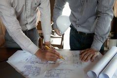 Machinant, consultant, conception, construction, avec des coll?gues, la conception de plan, des d?tails, le dessin industriel et  photo libre de droits