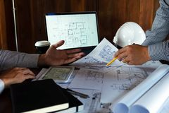 Machinant, consultant, conception, construction, avec des coll?gues, la conception de plan, des d?tails, le dessin industriel et  photos libres de droits