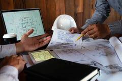 Machinant, consultant, conception, construction, avec des coll?gues, la conception de plan, des d?tails, le dessin industriel et  image stock