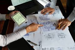 Machinant, consultant, conception, construction, avec des coll?gues, la conception de plan, des d?tails, le dessin industriel et  image libre de droits