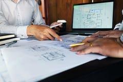 Machinant, consultant, conception, construction, avec des coll?gues, la conception de plan, des d?tails, le dessin industriel et  images stock