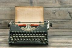 Machine à écrire antique avec le papier sale Rétro type Photographie stock
