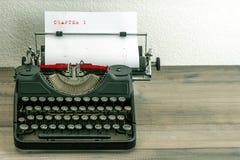 Machine à écrire avec la page de livre blanc Image libre de droits