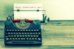 Machine à écrire avec la page de livre blanc Saint-Valentin heureuse ! Images stock